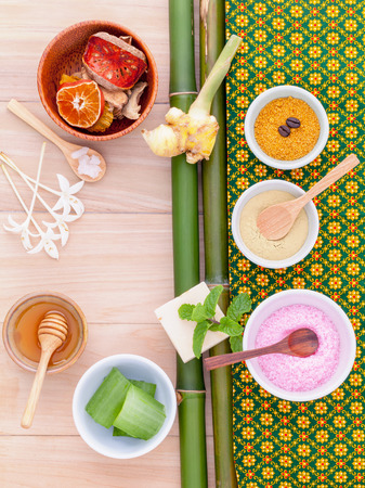 productos naturales: Natural Spa Ingredients sea salt , tanaka , aloe vera and honey  for alternative skin care Thai Spa theme with bamboo background.