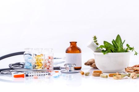 Kruidengeneeskunde VS Chemische geneeskunde de alternatieve gezonde zorg met stethoscoop isoleren op een witte achtergrond.