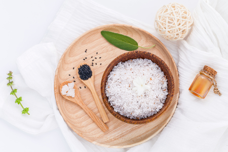 sal: Coco y coco aceites esenciales crudos con sal marina y hierbas Ingredientes spa naturales para fregar y cuidado de la piel aislado sobre fondo blanco. Foto de archivo