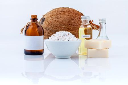 aceite de coco: Coco Aceites esenciales naturales Ingredientes del balneario para fregar, masajes y cuidado de la piel aislado sobre fondo blanco. Foto de archivo