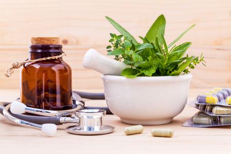 Capsule van de fytotherapie alternatieve gezonde zorg met een stethoscoop op houten achtergrond.
