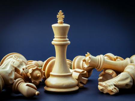 Schaken concept bespaart de koning en sla de strategie. Stockfoto