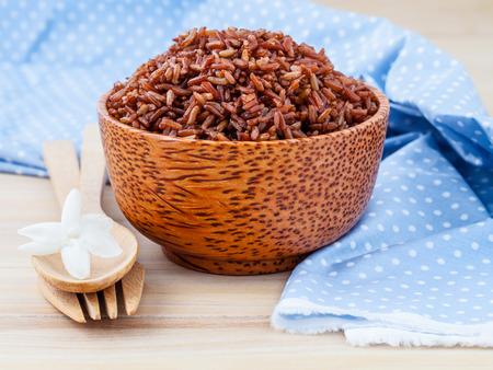 Tuvé à grains entiers de riz thaï traditionnel meilleur riz pour la nourriture saine et propre sur fond de bois Banque d'images - 46977671