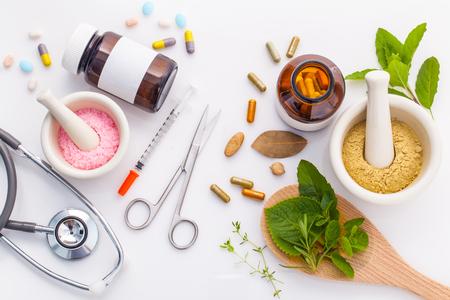 Erboristeria VS medicina chimica cura alternativa sana su sfondo bianco. Archivio Fotografico - 47780521