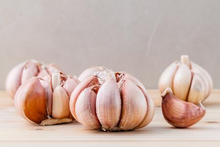garlic: Close Up ajo orgánico con enfoque selectivo en el fondo de madera de teca Foto de archivo