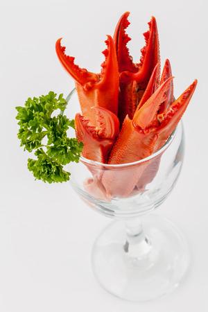 cangrejo: Pinzas de cangrejo hervidas aislados sobre fondo blanco para cangrejos y men� de mariscos. Foto de archivo