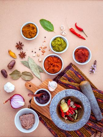 Surtido de comida tailandesa Cocinar ingredientes y pasta de curry rojo de comida popular tailandés y curry verde. Foto de archivo