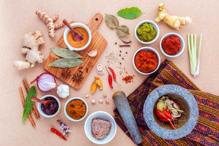 タイ料理食材と赤いタイの人気料理カレーとグリーン カレーのペーストの品揃え。 写真素材