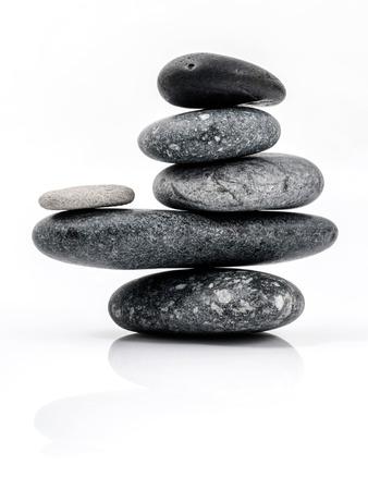 石スパ治療シーンのスタックの概念のような禅。白い背景で隔離の石スパのスタック。