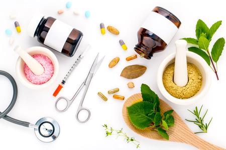 Kruidengeneeskunde VERSUS Chemische geneeskunde de alternatieve gezonde zorg op witte achtergrond.