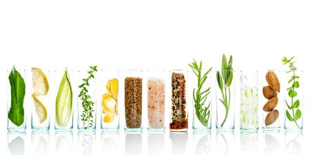 Zelfgemaakte huidverzorging en lichaam scrubs met natuurlijke ingrediënten Aloë vera, citroen, komkommer, Himalaya zout, pepermunt, schijfje citroen, rozemarijn, amandelen, komkommer, gember en honing stuifmeel isoleren op witte achtergrond. Stockfoto - 65511688