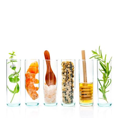 Die Glasflasche hausgemachte Hautpflege und Körperpeelings mit natürlichen Zutaten himalayan Salz, Pfefferminze, Rosmarin, Kurkuma und Honig isoliert auf weißem Hintergrund. Standard-Bild - 65511735