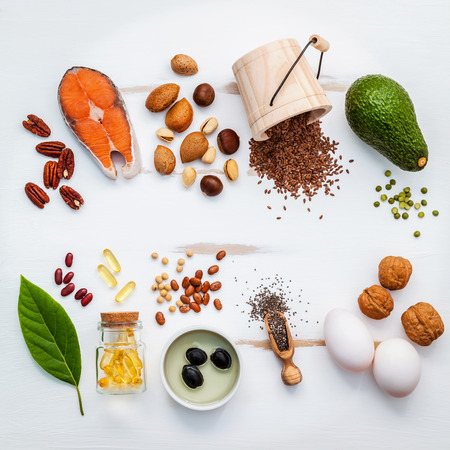 Fonti di cibo Selezione di omega 3. Super alimenti ad alto contenuto di omega 3 e grassi insaturi per il cibo sano. Mandorle, noci pecan, nocciole, noci, oli d'oliva, gli oli di pesce, salmone, semi di lino, Chia, uova e avocado. Archivio Fotografico - 65512015