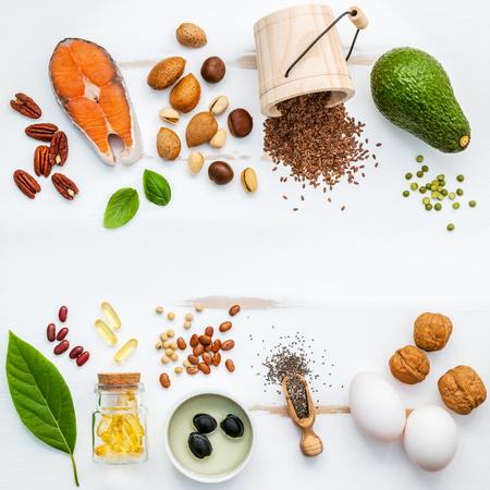 Selectie voedselbronnen van omega 3. Superfood hoge omega 3 en onverzadigde vetten voor gezonde voeding. Amandel, pecannoten, hazelnoten, walnoten, olijfolie, visolie, zalm, lijnzaad, chia, eieren en avocado.