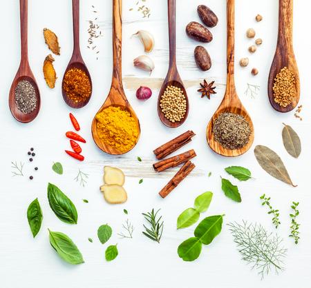 インドのスパイスと木製のスプーンでハーブの様々 な。香辛料成分の唐辛子、パプリカ、胡椒、乾燥タイム、シナモン、スターアニスとカレー粉、