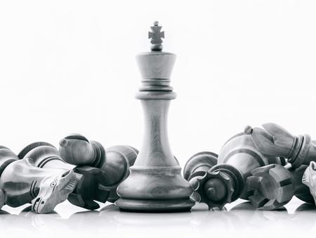 Schwarzweiss-König und Ritter der Schacheinrichtung auf dunklem Hintergrund. Führer- und Teamwork-Konzept für Erfolg. Schachkonzept rette den König und rette die Strategie.