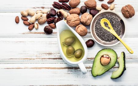 오메가 3 및 불포화 지방의 선택 식품 소스. Superfood 높은 비타민 e 및 건강 식품에 대 한식이 섬유. 아몬드, 피칸, hazelnuts, 호두 및 돌 배경에 올리브 오
