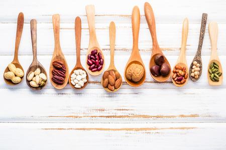 Selectie voedselbronnen van omega 3 en onverzadigde vetten. Superfood hoge vitamine e en voedingsvezels voor gezonde voeding. Gemengde noten amandel, pecannoten, hazelnoten, walnoten en verschillende bonen op witte achtergrond. Stockfoto