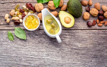 Selectie voedselbronnen van omega 3 en onverzadigde vetten. Superfood hoge vitamine e en voedingsvezels voor gezonde voeding. Amandel, pecannoten, hazelnoten, walnoten, olijfolie, visolie en zalm op houten achtergrond.