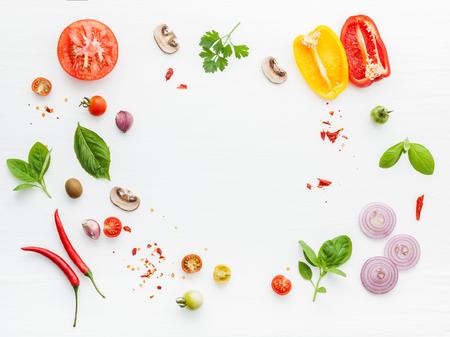 De ingrediënten voor zelfgemaakte pizza op witte houten achtergrond. Stockfoto