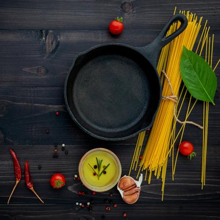 The thin spaghetti on black wooden
