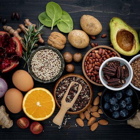 Ingredientes para la selección de alimentos saludables. El concepto de comida sana en madera.