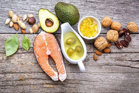 Auswahl Nahrungsquellen von Omega 3 und ungesättigten Fetten. Superfoods reich an Vitamin E und Ballaststoffen für gesundes Essen auf Holz