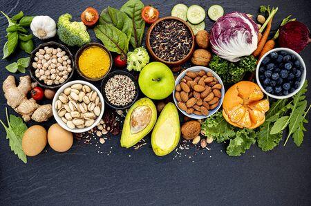 Zutaten für die Auswahl an gesunden Lebensmitteln. Das Konzept der gesunden Ernährung auf dunklem Stein
