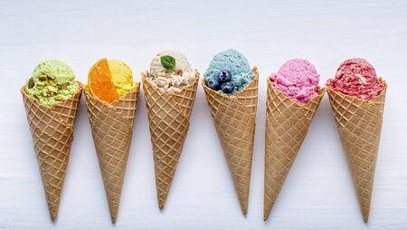 흰색 나무에 콘의 다양한 아이스크림 맛