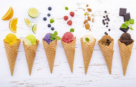 Various of ice cream flavor in cones on white wooden Banque d'images