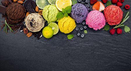 Varios de bola de sabor de helado en piedra oscura