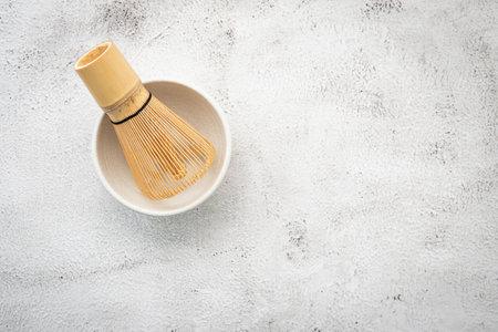 Matcha set bamboo matcha whisk and chashaku tea scoop,matcha ceramic bowl set up on white concrete background. Standard-Bild