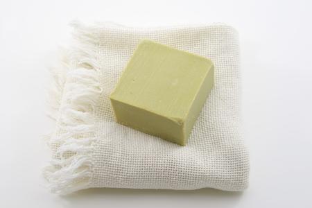 dafne: Daphne naturale sapone sul piatto sapone con sfondo bianco
