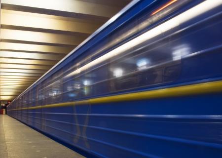 地下鉄で電車を移動します。