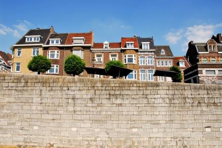 Huizen aan de rivier de Maas, Maastricht, Nederland