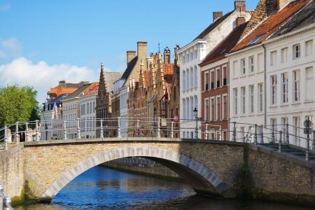 Gevel van de Vlaamse huizen en kanaal in Brugge