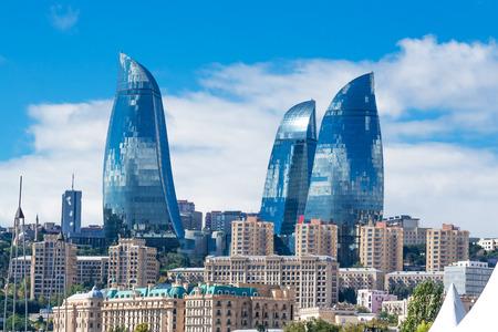 Baku, Azerbaijan - 2 oktober 2016: Vlam torens in het stadsbeeld. Panoramisch uitzicht op Baku - de hoofdstad van Azerbeidzjan gelegen aan de Kaspische Zee kust. Redactioneel