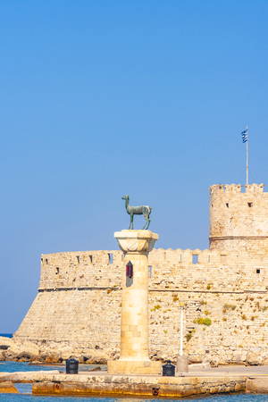Hirschkuh statue in the place of the Colossus of Rhodes, Rhodes, Greece 免版税图像
