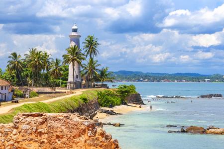 Phare de Galle fort phare historique à un fort avec un style simple et une plage à proximité populaire auprès des nageurs, Galle, Sri Lanka