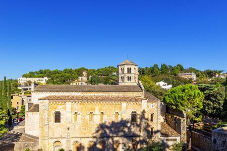 Sant Pere de Galligants es la abadía benedictina de Girona, Cataluña. Desde 1857, alberga el Museo Arqueológico de Cataluña en la ciudad, vistas a la ciudad de Girona, Girona, España Foto de archivo