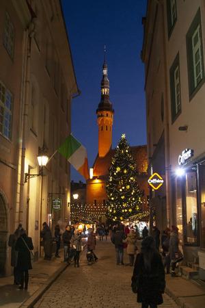 Tallinn, Estonia - Januar 02, 2016: Town Hall Square in Tallinn in christmas time, Raekoja plats, Tallinn, Estonia 報道画像