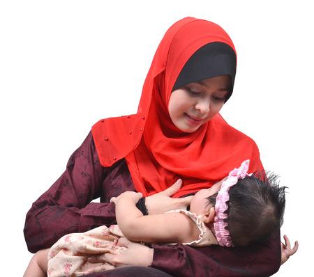 lactancia materna: Madre musulmana asiática joven que amamanta a su bebé lindo aislado en el fondo blanco