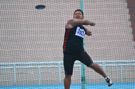 lanzamiento de disco: KUANTAN - 10 de diciembre: no identificado atleta de lanzamiento de disco (masculino) en la acci�n durante el entrenamiento para los Juegos Paral�mpicos el 10 de diciembre de 2012 en Kuantan, Pahang, Malasia.