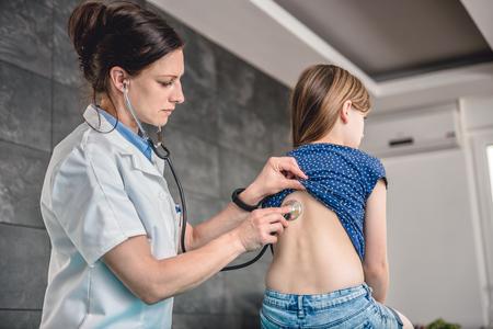 Doktor hört Patienten Brust mit Stethoskop in seinem Büro im Krankenhaus Standard-Bild - 81036491