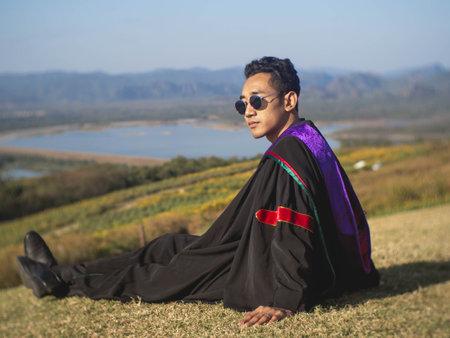 这个毕业生穿着泰国一所大学的长袍。2020年毕业
