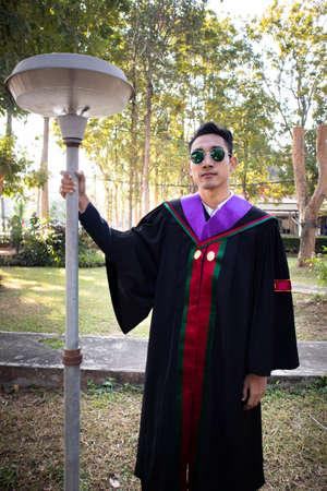 这个毕业生穿着泰国一所大学的长袍。为毕业