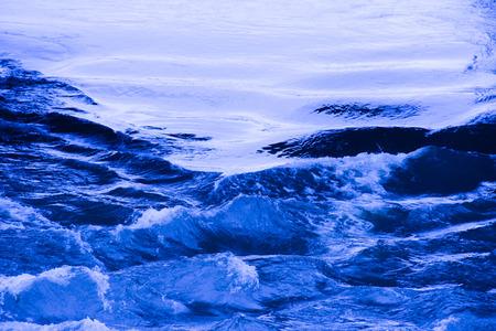 ondas de agua: Las ondas de agua azul en un arroyo