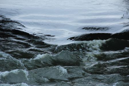 ondas de agua: Las ondas de agua en un arroyo
