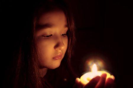 candle: Portret van het meisje met een kaars in de handen. De spiritualised gezicht. Sfeer van sacrament en openbaring.