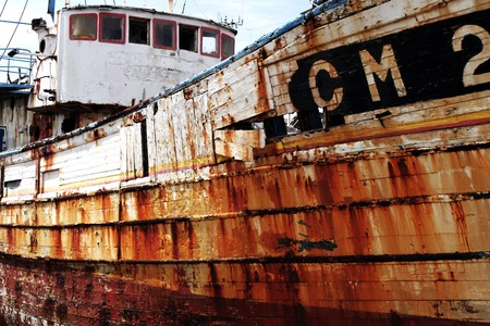 Wreck of an old moored rusty fishing boat Banque d'images